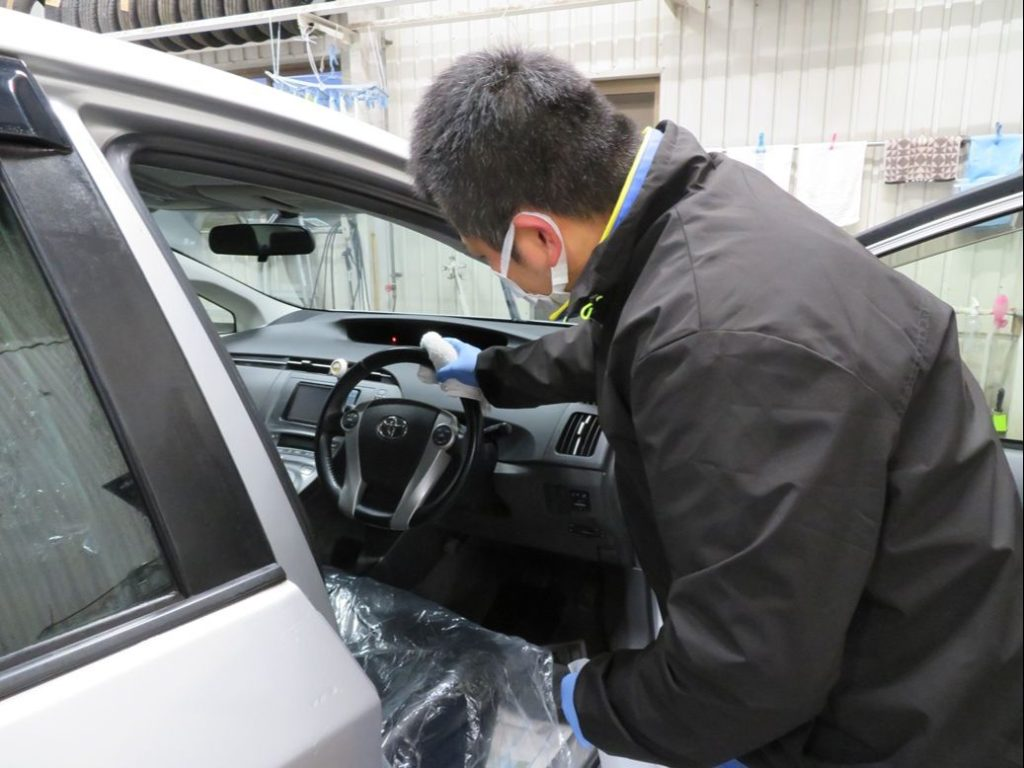 ボディショップ早川では車内拭き掃除を行っております