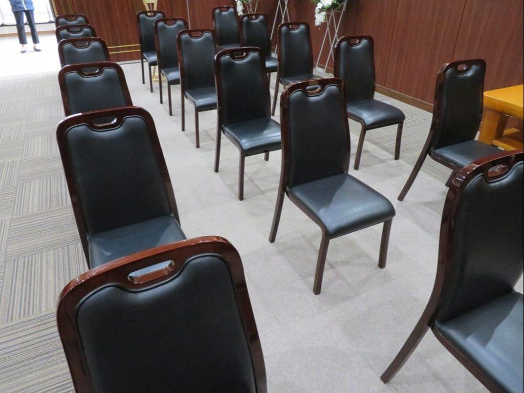 喜久田斎場では倍の座席間隔を維持しております