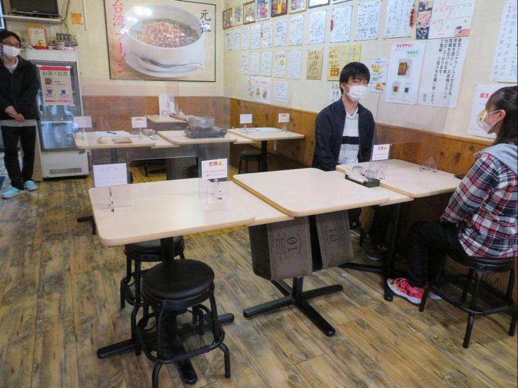 台湾ラーメン味世では座席間隔を保っています