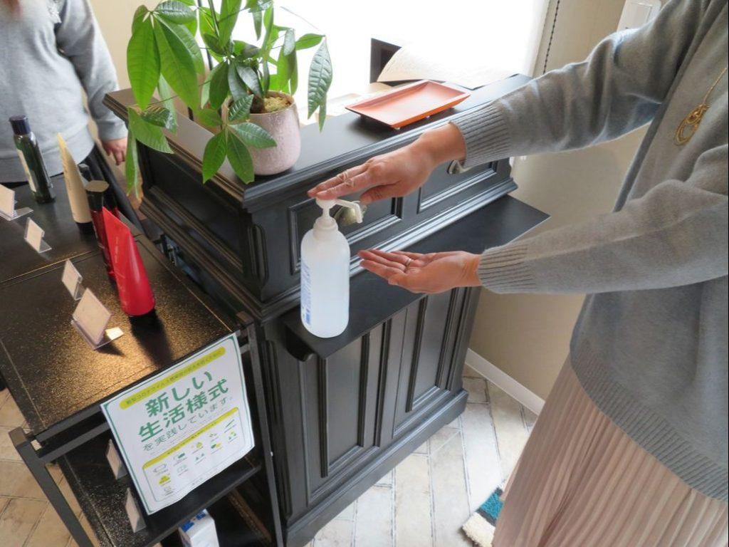 美容室ムトウでは入口にアルコール消毒液を設置しております