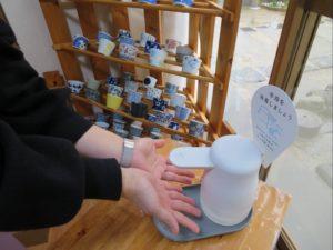そば家やまきでは店舗の入口に消毒液を設置しております